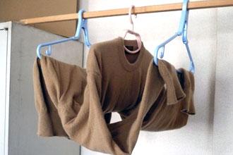 セーターを干す