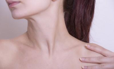 胸ニキビの原因と治し方