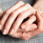 爪が白や茶色に濁る原因と改善方法