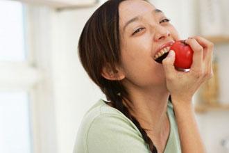 りんご食べる